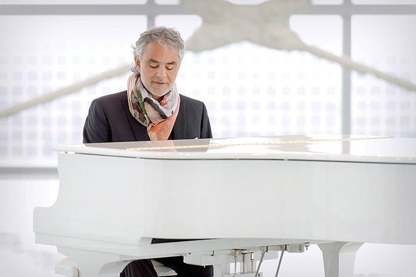 Andrea Bocelli przy białym fortepianie