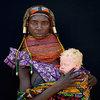 Angola. Mama  z plemienia Mwila ze swoim dzieckiem albinosem