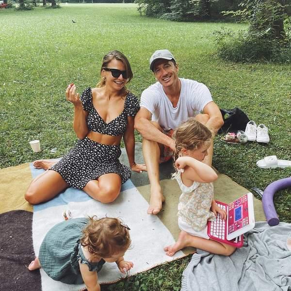 Anna Lewandowska i Robert Lewandowski z córkami