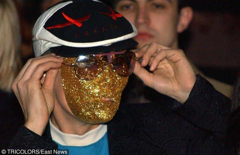 Arkadius na pokazie w złotej brokatowej masce w 2004 roku
