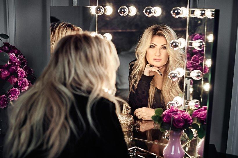 Beata Kozidrak przegląda się w lustrze