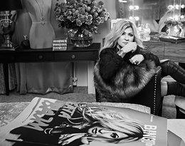 Beata Kozidrak siedzi na fotelu obok gitary