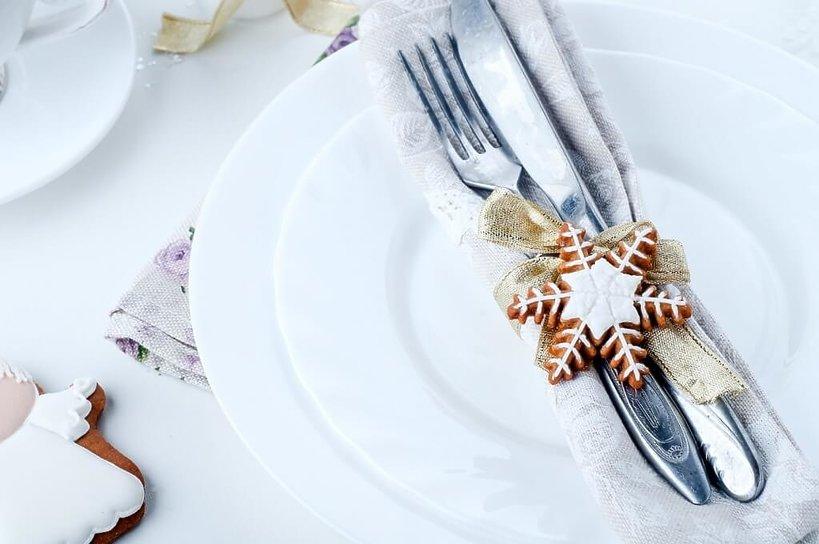 biała zastawa świąteczna z piernikami