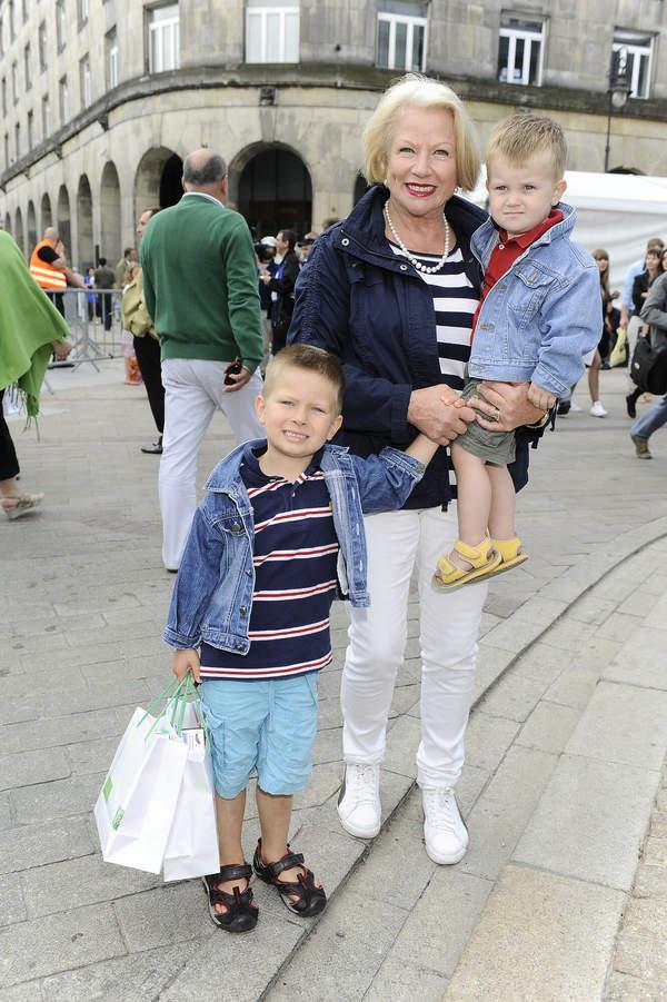 Bożena Dykiel z wnukami Maksymilianem i Maciejem, Warsaw Fashion Street, 26.06.2011 rok