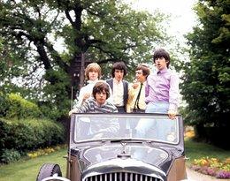 Brian Jones, Mick Jagger, Bill Wyman, Charlie Watts, Keith Richards w samochodzie
