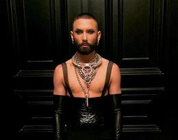 Conchita Wurst z sutkami na wierzchu, w skórze i lateksie w Berlinie