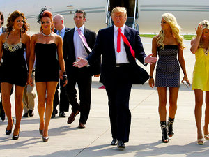 Donald Trump idzie otoczony młodymi i pięknymi kobietami