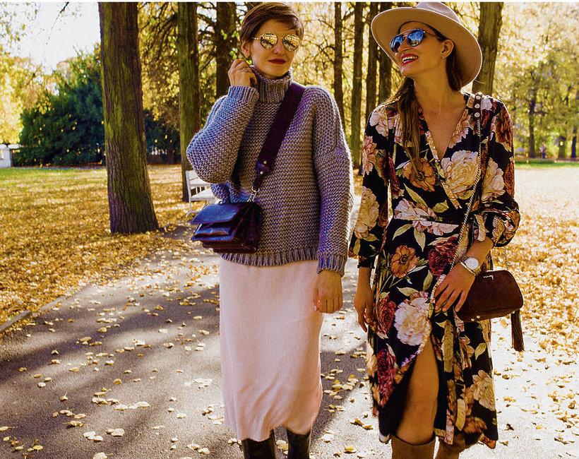 dwie kobiety spacerują jesienią po parku