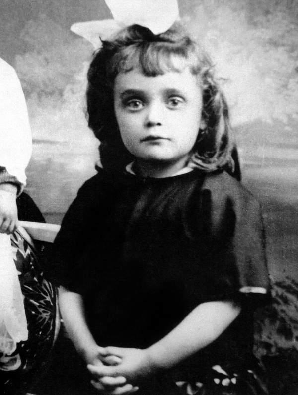 Edith Piaf jako dziecko, około 1918 roku