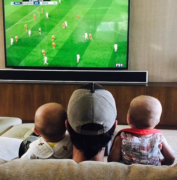 Enrique Iglesias słodko kibicował z dziećmi w trakcie meczu z Hiszpanią