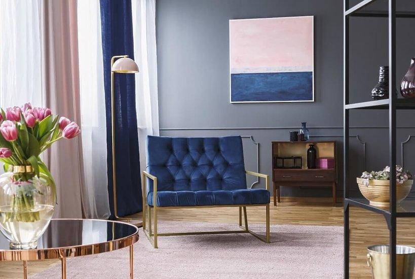 granatowy fotel w salonie