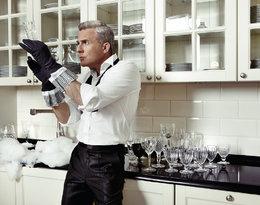 Hubert Urbański czyści szklankę
