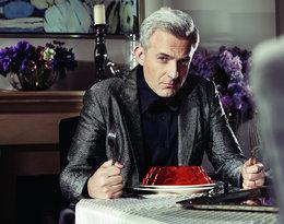 Hubert Urbański siedzi przy stole z widelcami w rękach