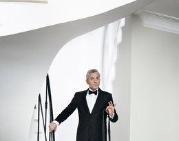 Hubert Urbański stoi na schodach z psem