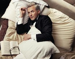Hubert Urbański z książką w łóżku