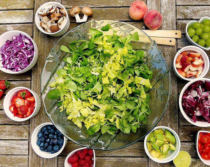 Zdrowe warzywa i owoce rozłożone na stole