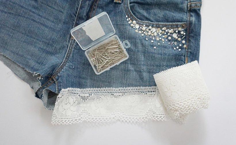 jeansowe szorty z koronką i szpilkami