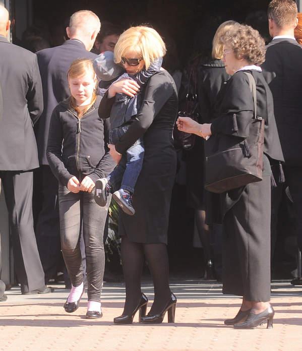 Joanna Racewicz z synem na pogrzebie męża, Pawła Janeczki, 20.04.2010, Warszawa