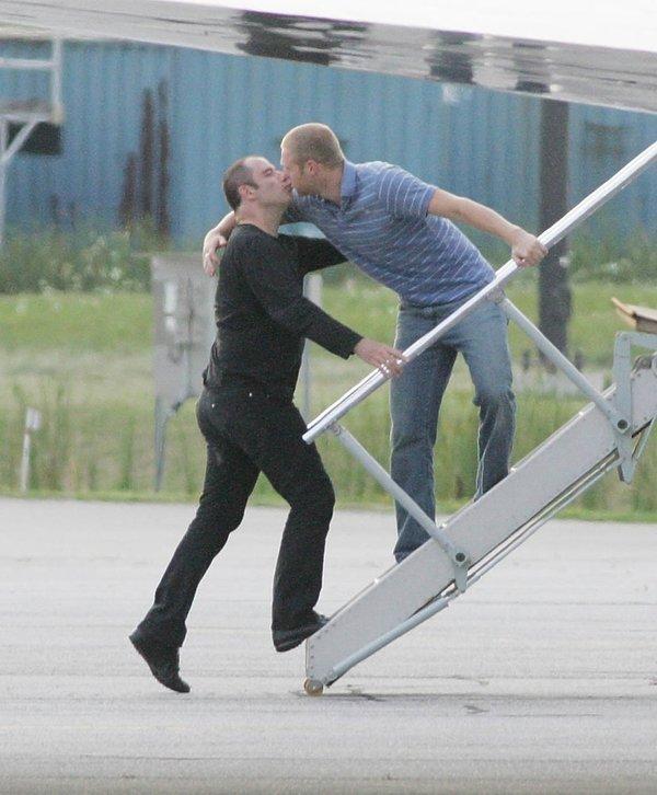 John Travolta całuje i obejmuje Jeff Katherine, swojego domniemanego długoletniego kochanka