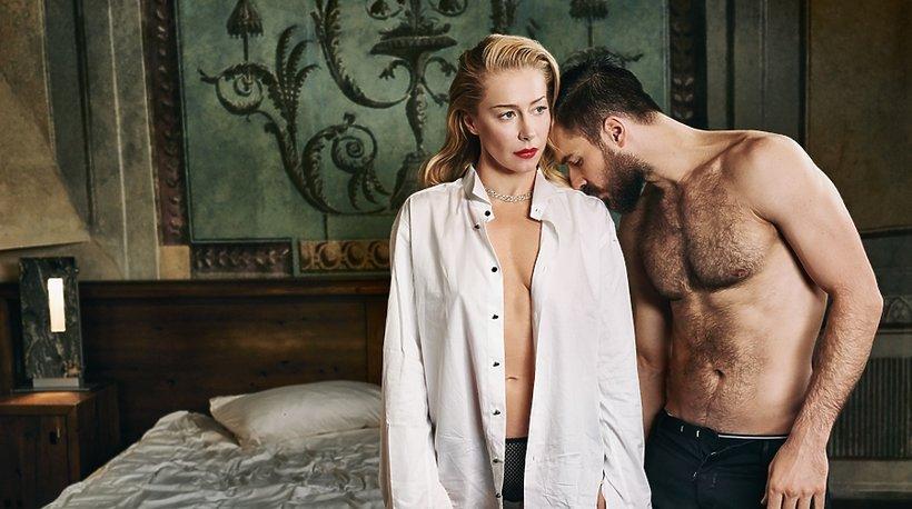 Kasia Warnke w rozpiętej koszuli z Piotrem Stramowskim w sypialni