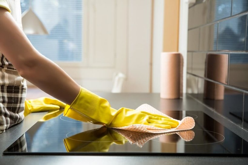 kobieta czyści kuchenkę