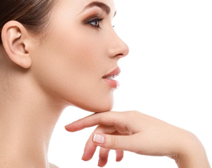 kobieta dotyka dłonią brody