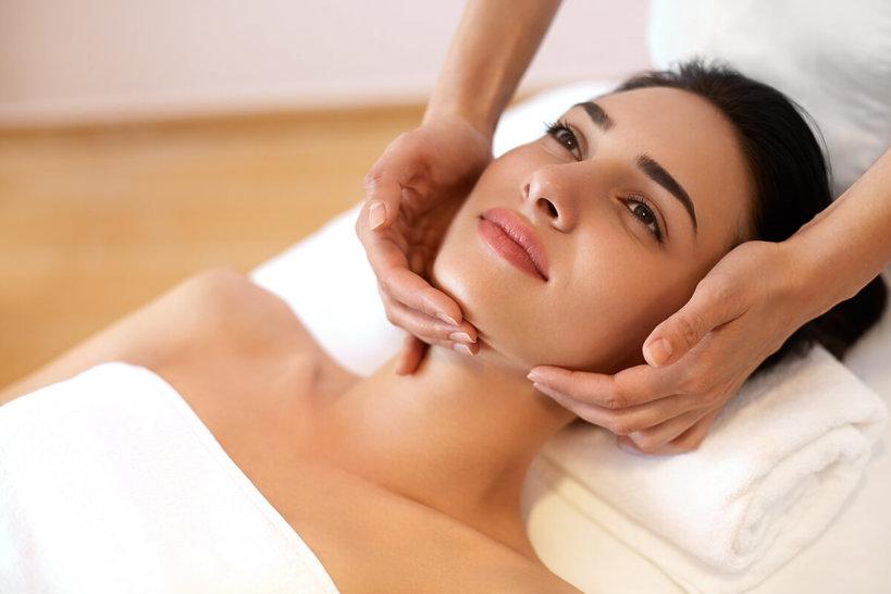 kobieta podczas masażu szyi