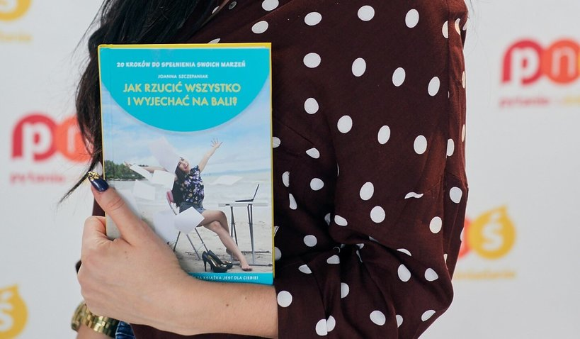 kobieta trzyma książkę w rękach