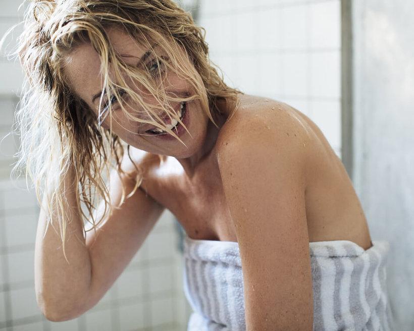 kobieta w łazience z mokrymi włosami