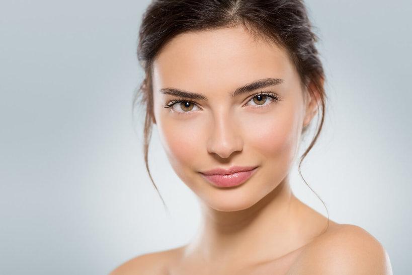 kobieta w naturalnym makijażu