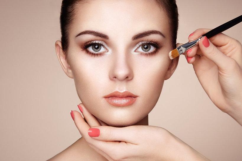 kobieta w trakcie robienia makijażu