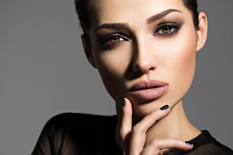 kobieta z mocno pomalowanymi oczami