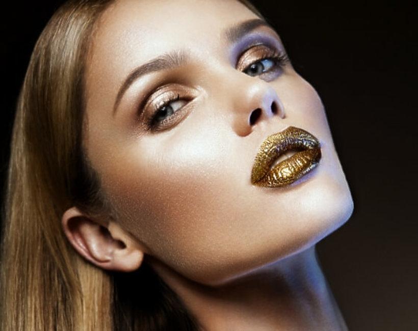 kobieta z mocnym makijażem i złotymi ustami
