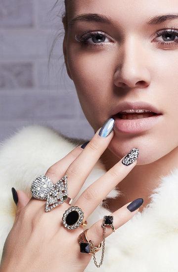 kobieta z pomalowanymi paznokciami przy twarzy