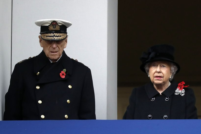 Królowa Elżbieta II przekazuje obowiązki synowi