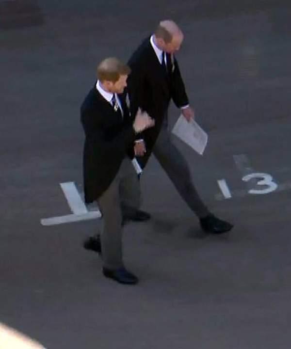 Książę Harry i książę William po wyjściu z kaplicy św. Jerzego po pogrzebie księcia Filipa