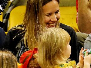 Książę Harry z dziewczynką, która wyjada mu popcorn