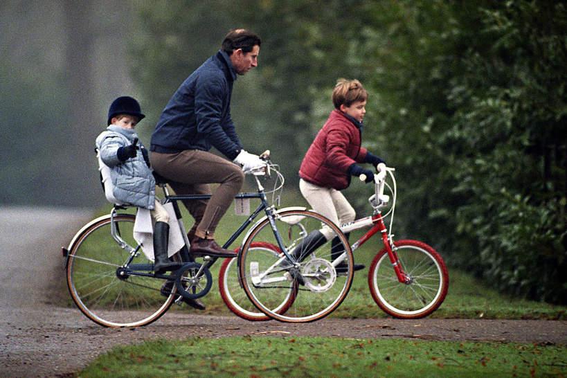 Książę Karol, książę Harry, książę William na rowerach, Norfolk, Sandringham, 09.01.1990 rok
