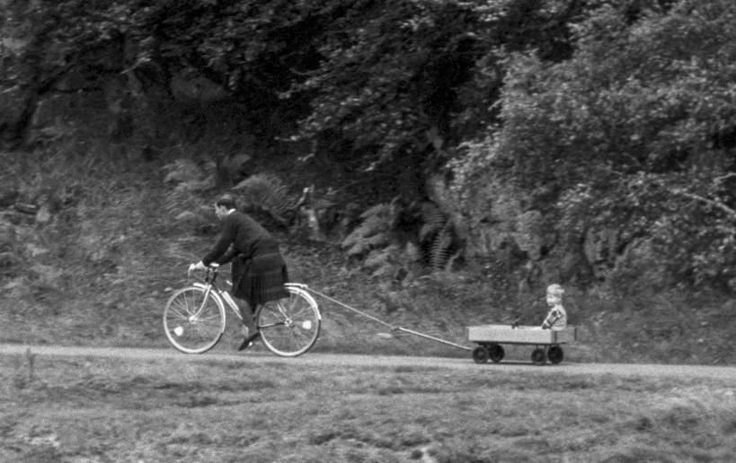 Książę Karol, książę Harry na rowerze, Balmoral, Szkocja, 05.09.1988 rok