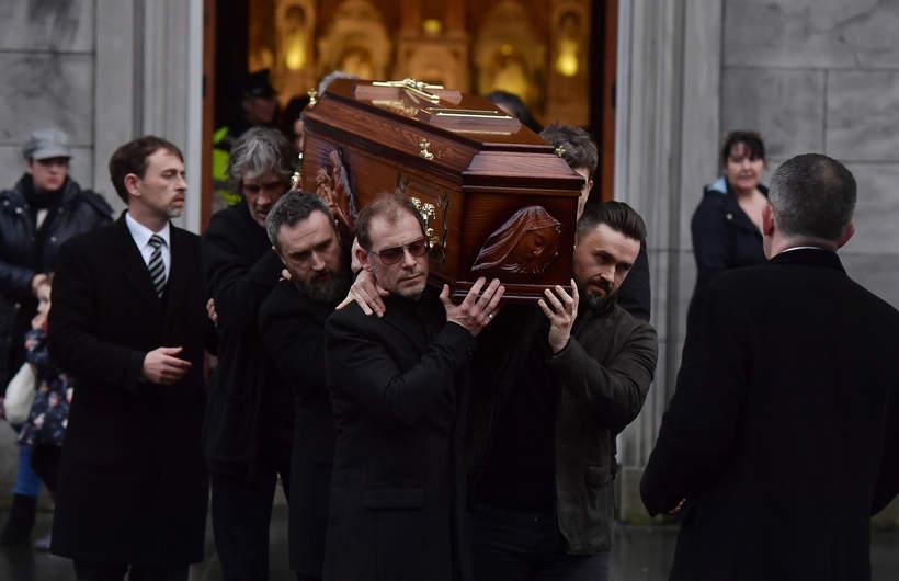 Limerick, Irlandia, pogrzeb Dolores O'Riordan, wokalistki The Cranberries. Członkowie zespołu niosą jej trumnę, 21.01.2018 rok