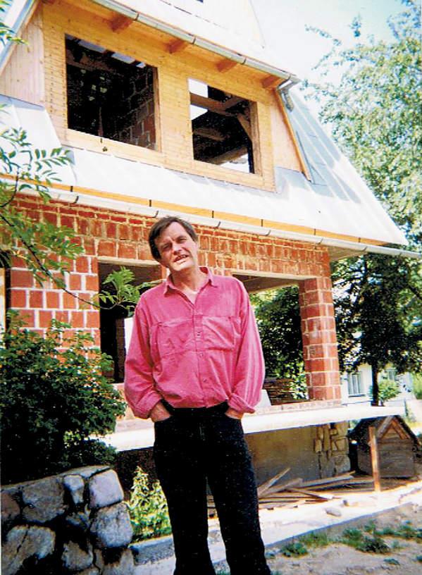Maciej Berbeka na tle domu, 1989 rok