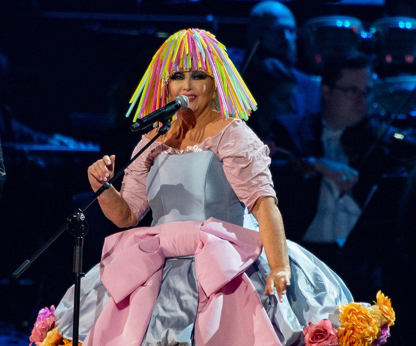 Maryla Rodowicz w peruce ze słomek na Koncercie dla niepodległej na Stadionie Narodowym w Warszawie