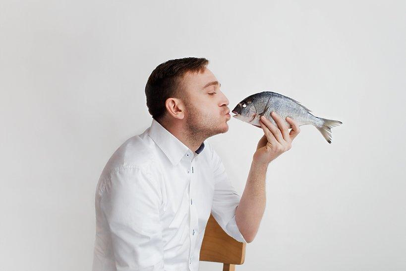 Mateusz Gessler całuje rybę