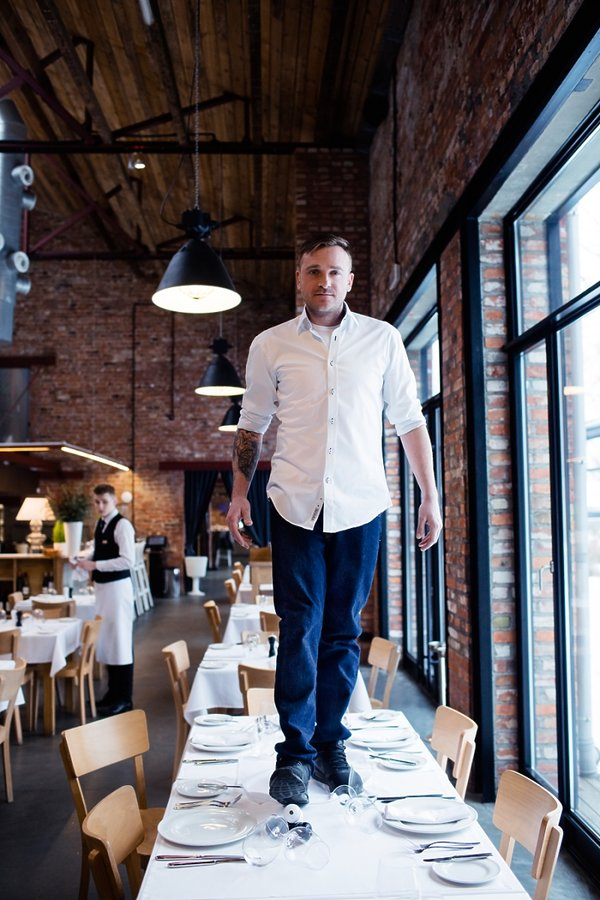 Mateusz Gessler w kuchni