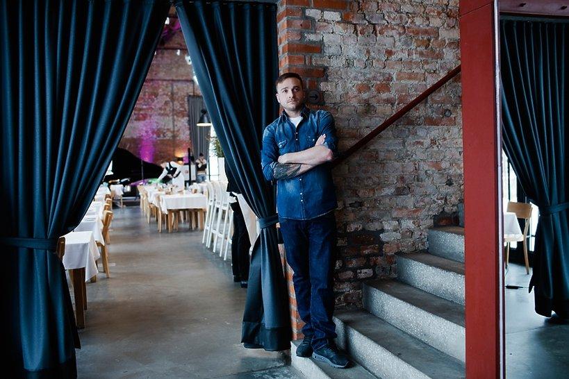Mateusz Gessler w restauracji przy schodach