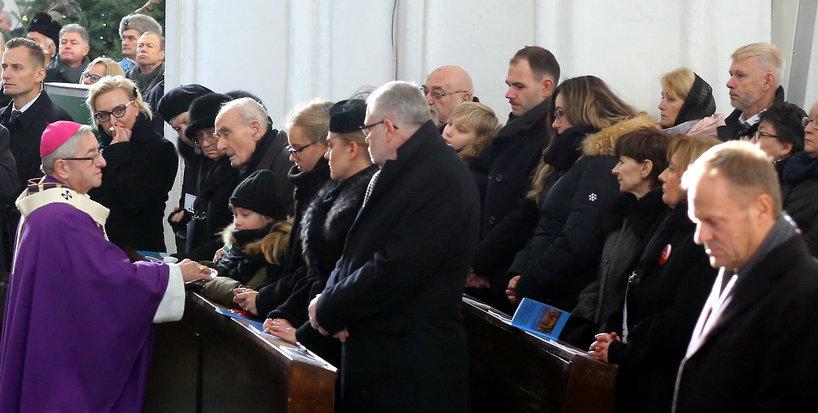 Metropolita gdański Sławoj Leszek Głódź przekazuje rodzinie zmarłego różance od papieża Franciszka