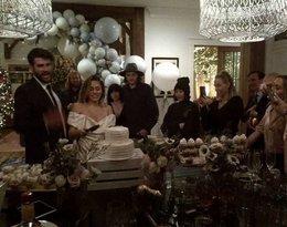 Miley Cyrus na zdjęciach ślubnych z rodziną. Tak wyglądała jej suknia ślubna