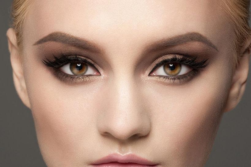 mocno pomalowane oczy