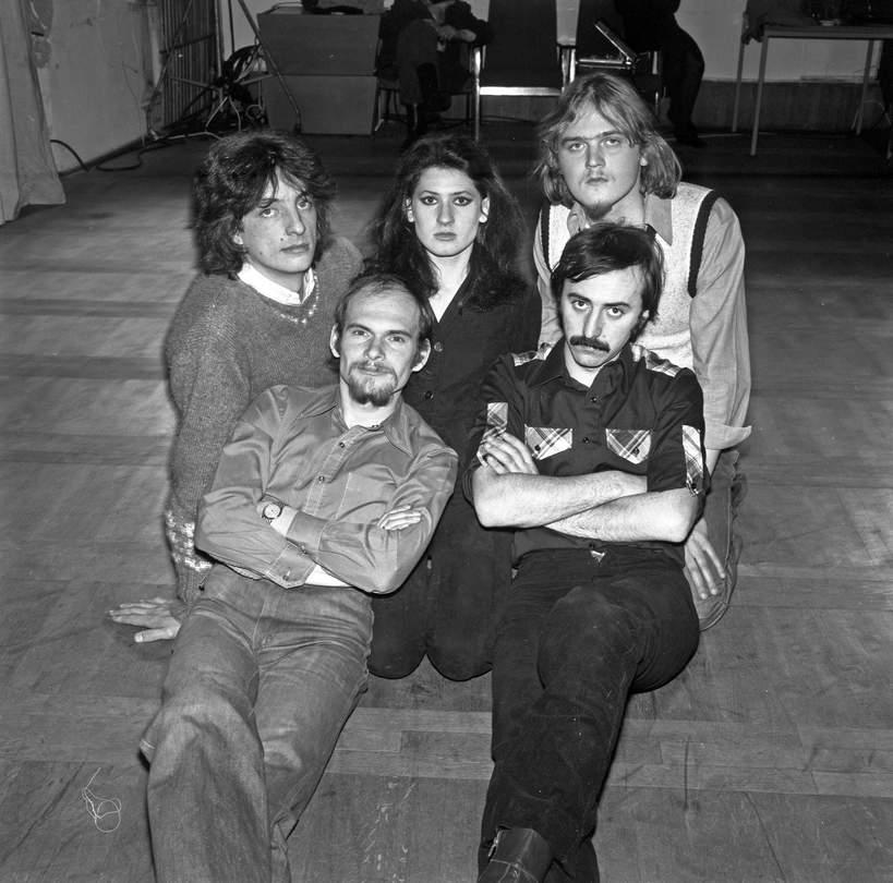 Od lewej: Marek Winiarski, Beata Kozidrak, Andrzej Gronkiewicz, u dołu: Jarosław Kozidrak, Andrzej Pietras, Bajm, Lublin, 1979 rok