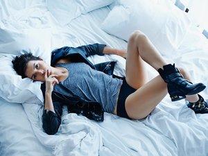Olga Bołądź na łóżku